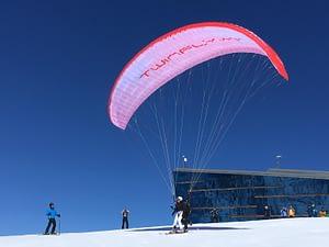 Tandemstart mit dem Gleitschirm mit Ski
